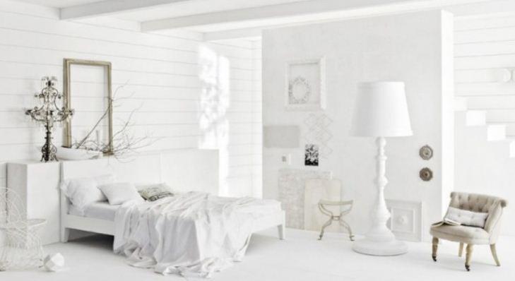 Белый цвет интерьера делает атмосферу в помещении холодной и чопорной