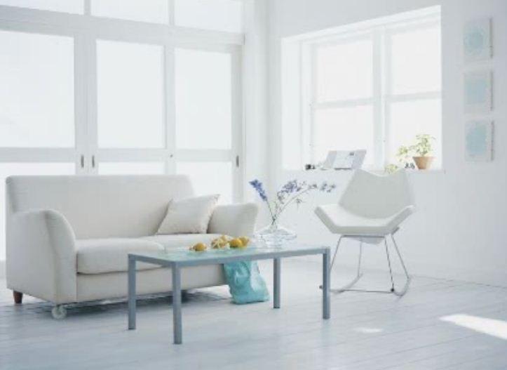 Белый цвет в интерьере лучше всего разбавить небольшим количеством ярких акцентов