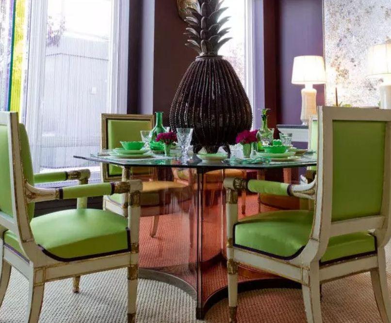 Сочетание сочного зеленого цвета с темным оттенком фиолетового