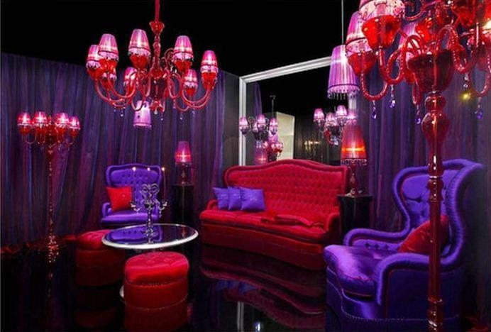 Роскошный интерьер получается в результате сочетания красного и фиолетового цветов