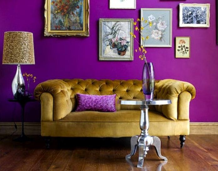 Яркий фиолетовый цвет использован для отделки стен
