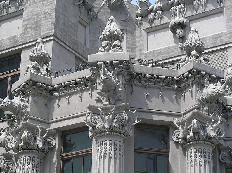 колонны с носорогами