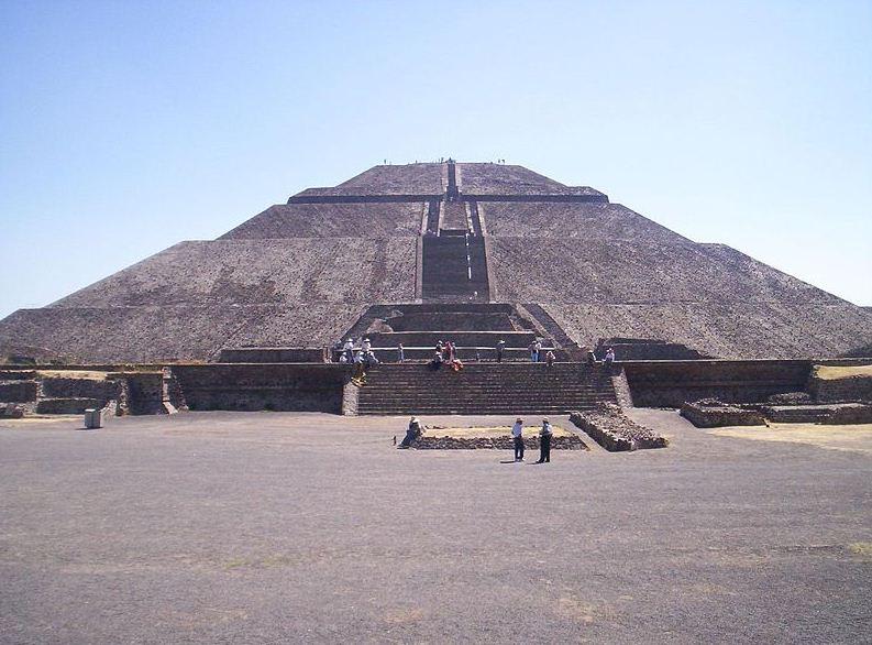 Пирамида Солнца в Теотиуакане, вид спереди