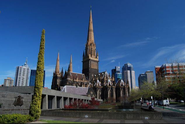 Башня со шпилем на соборе Святого Патрика в Мельбурне