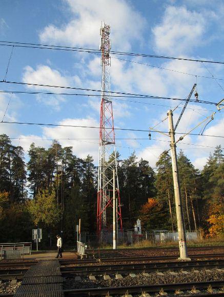 Антенно - мачтовое сооружение - башня ищ металлических ферм на железной дороге.
