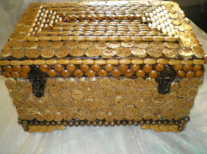 Сундук, декорированный пуговицами