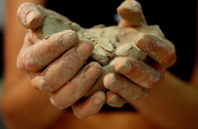 Влажная глина мягкая и пластичная. Она способна принимать любую форму