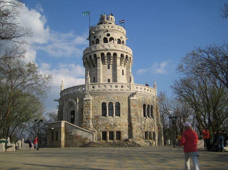 Смотровая башня королевы Елизаветы Баварской на вершине горы Яноша в Будапеште ( Венгрия).