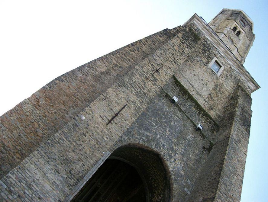 Сторожевая башня в Кале поражает мощью и монументальностью своих форм