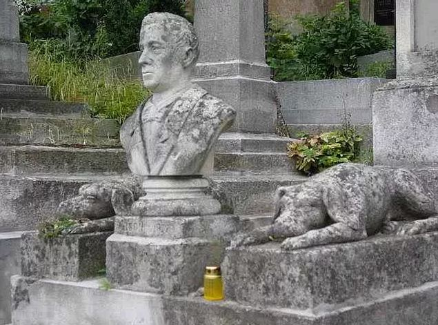 Памятник собакам с хозяином на Лычаковском кладбище во Львове