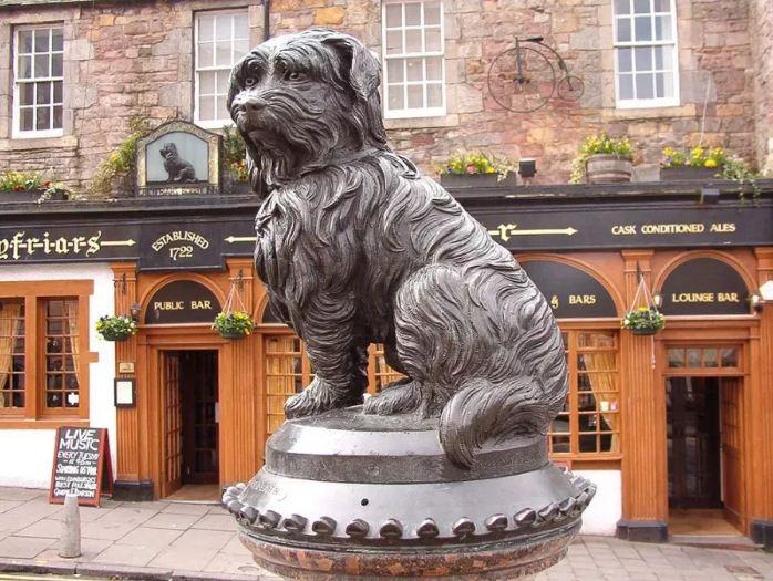 Памятник собаке Грейфраерс Бобби в Эдинбурге ( Шотландия)