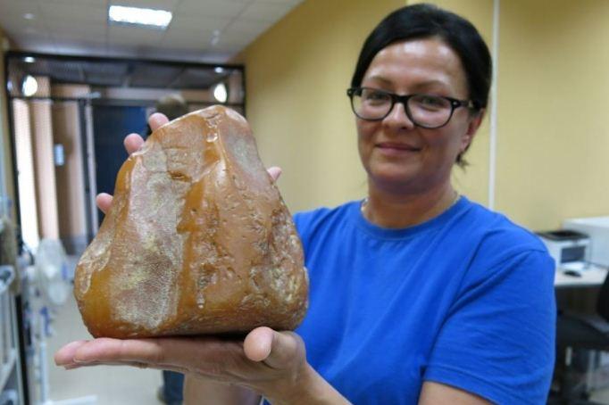 Кусок янтаря весом 1 кг 798 граммов