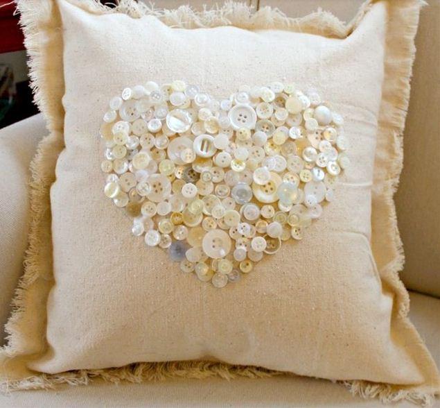 Диванная подушка, украшенная пуговицами