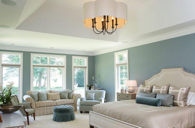 Интерьер спальни в прохладных пастельных тонах