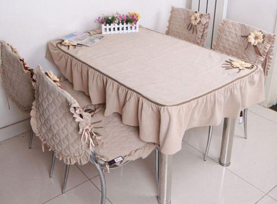 Скатерть и чехлы на стулья с декором из лент