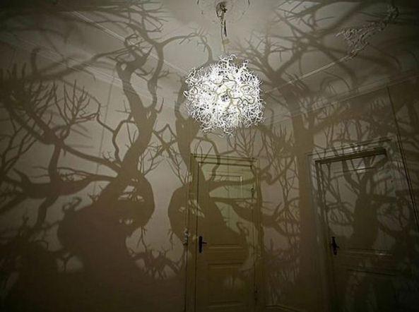 Уникальный абажур на люстре поможет превратить обычную комнату в таинственный лес