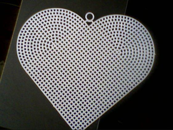 Пластиковая канва, сделанная в форме сердечка
