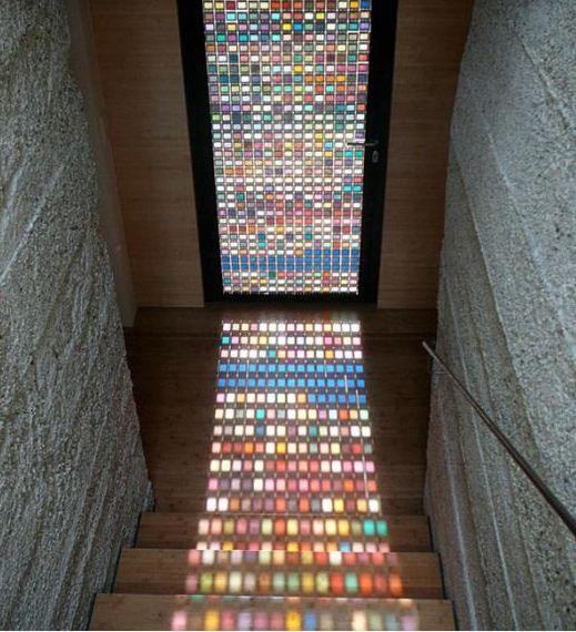 Двери декорированы витражом из разноцветного стекла