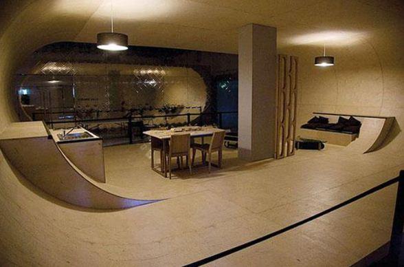 Гостиная со стенами закругленной формы, удобными для скейтборда