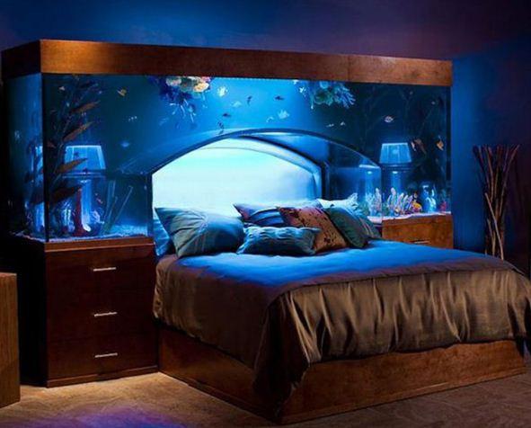 Аквариум в изголовье кровати сделает интерьер спальни невероятно красивым и загадочным