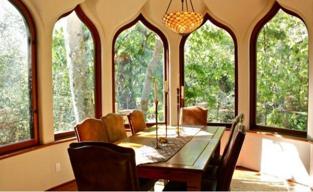 Арочные оконные проемы характерны для арабского стиля