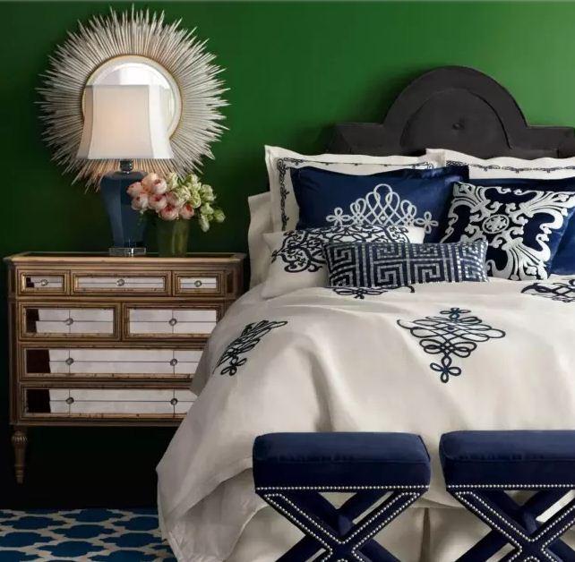 Глубокий синий цвет в сочетании с изумрудным выразительно смотрится в интерьере спальни