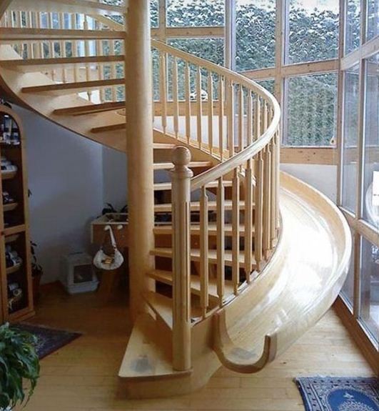 Обыкновенная лестница дополнена деревянной горкой для любителей покататься
