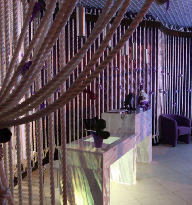 Декор в виде веревочных штор напоминает лианы в джунглях