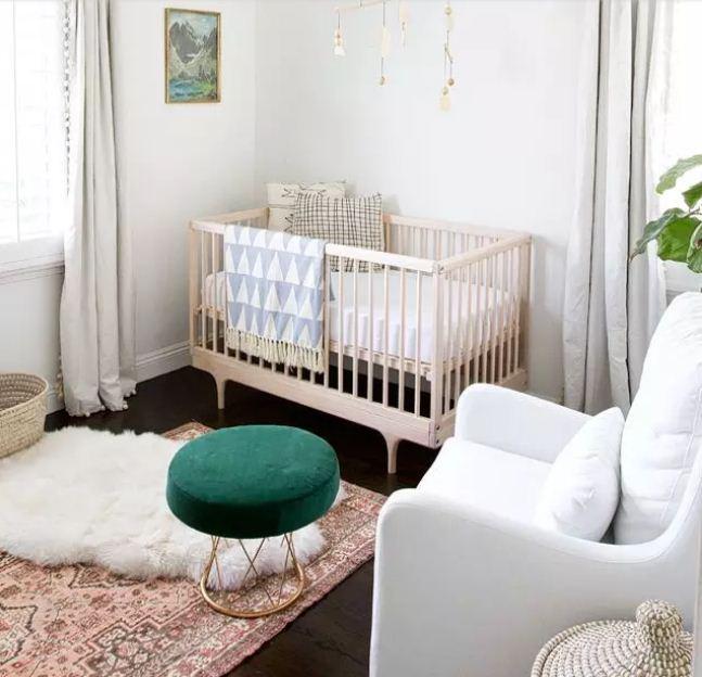 Яркий изумрудный акцент в интерьер детской комнаты