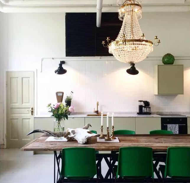 Акценты изумрудного цвета в интерьер белой кухни