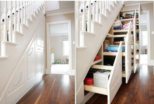 Под лестницей можно разместить стеллажи для хранения вещей