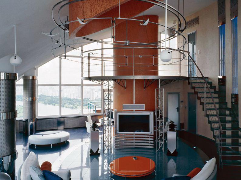 Металлическая лестница лишена декоративных деталей, ее формы простые и лаконичные