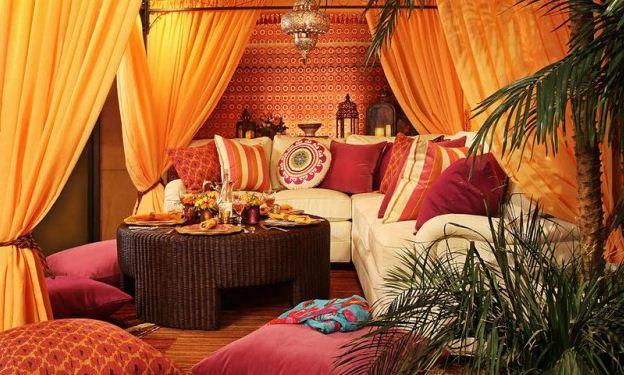 Большое количество диванных подушек разных размеров