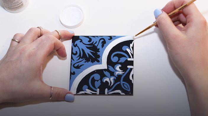 Ручная роспись керамической плитки с помощью трафарета