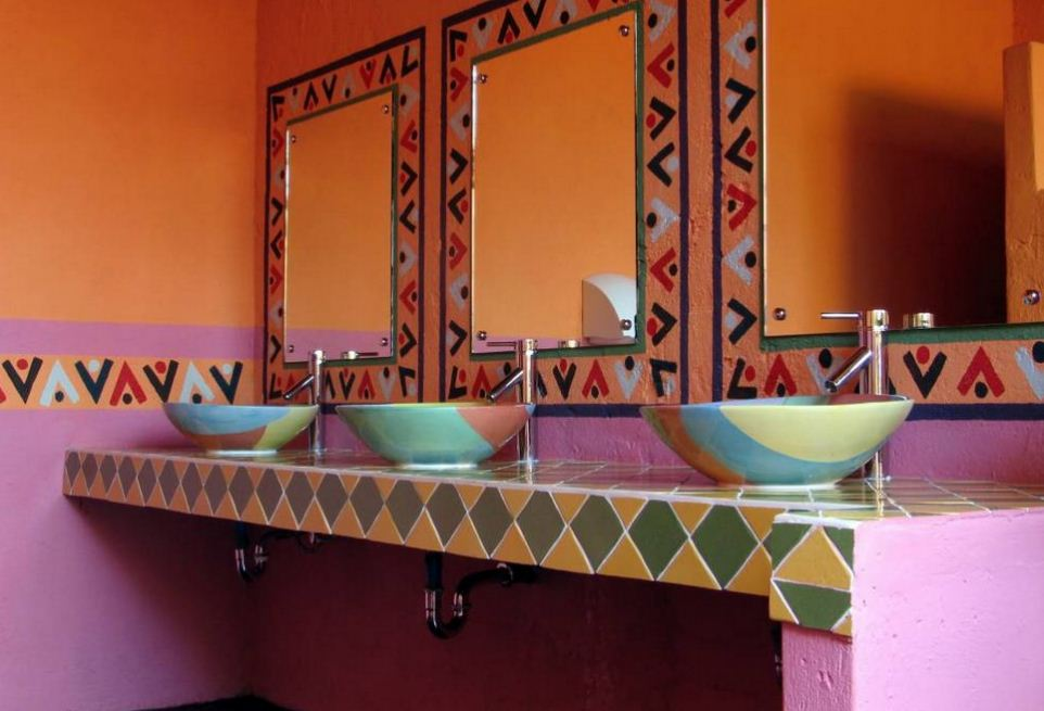 Оформление интерьера санузла в ярких оттенках сиреневого и оранжевого цветов с национальным мексиканским орнаментом
