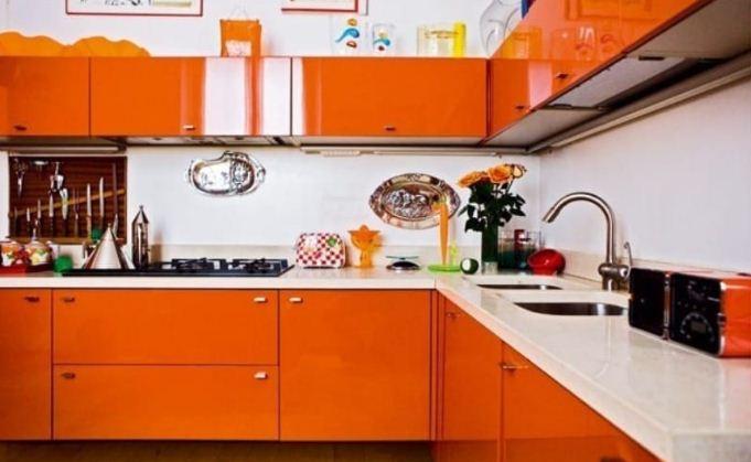 Кухонная мебель апельсинового цвета