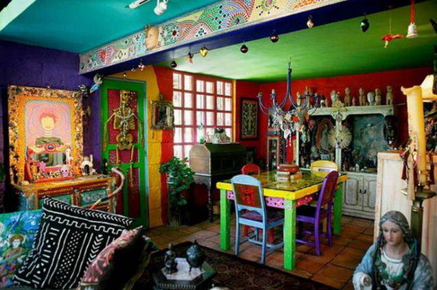 Разноцветные деревянные стулья в мексиканском интерьере