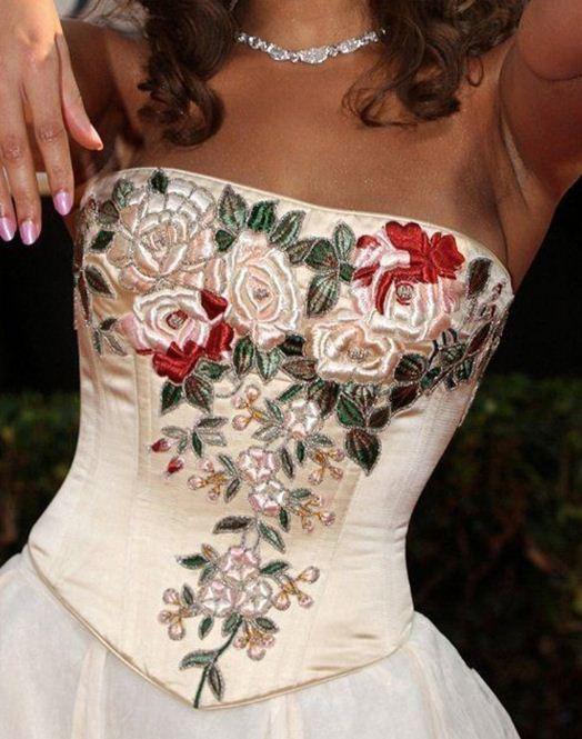 Лиф свадебного платья украшен вышивкой лентами