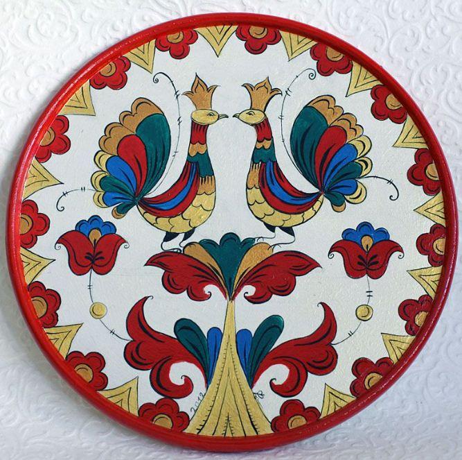 Деревянное блюдо украшенное пермогорской росписью