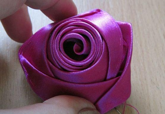 Роза из скрученной ленты