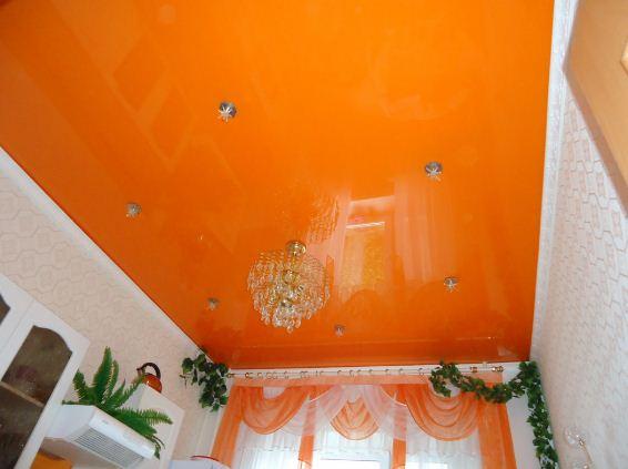 Натяжной потолок яркого апельсинового оттенка.