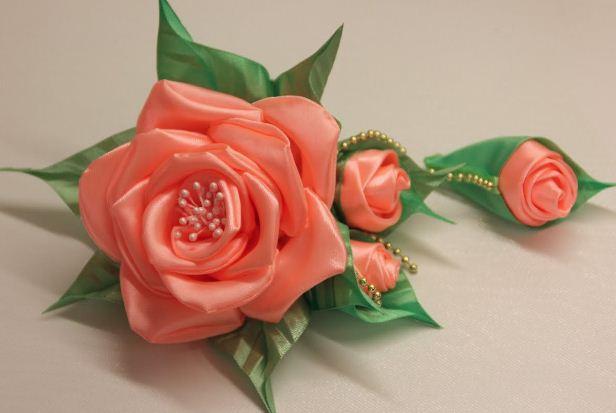 Элемент вышивки - роза из атласной ленты