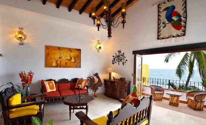 Стены гостиной в мексиканском стиле выкрашены в белый цвет