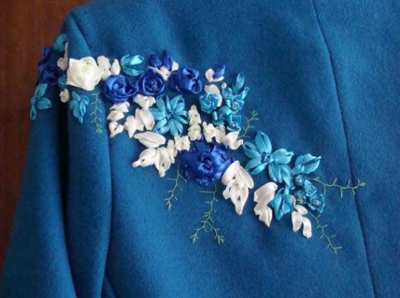 Пальто с вышивкой лентами
