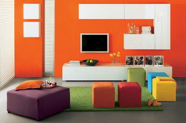 Стены апельсинового цвета - яркое решение в дизайне интерьера гостиной
