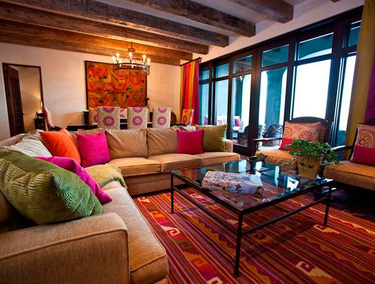 Яркие диванные подушки - неотъемлемый элемент мексиканского стиля в интерьере