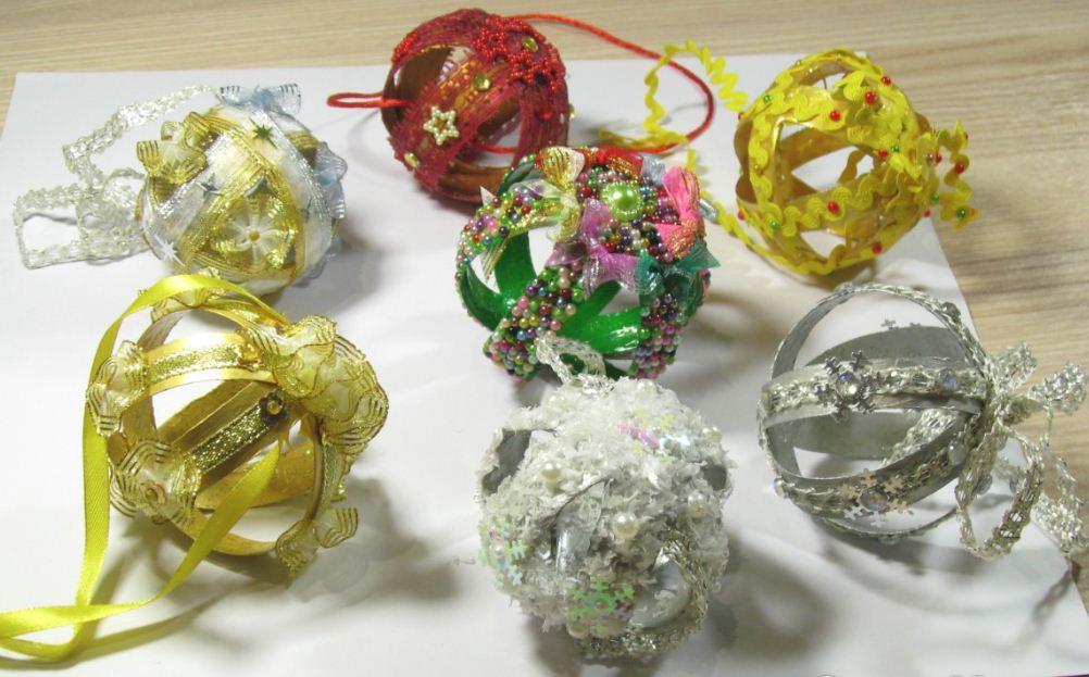 Елочные шары из пластика