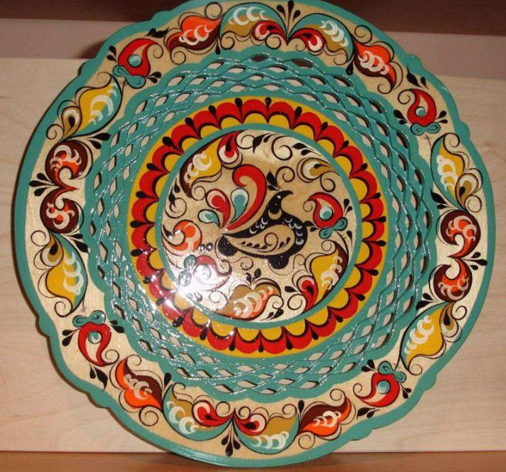 Резное блюдо, украшенное ракульскйо росписью