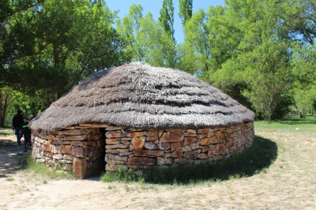Жилище человека эпохи позднего неолита ( 2500 лет до нашей эры)