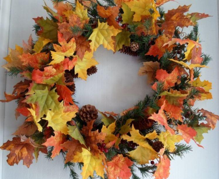 Венок из ярких осенних листьев